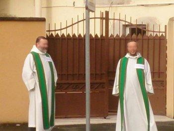 pretres-catholiques-veillent-devant-mosquee-mans-fc9cd